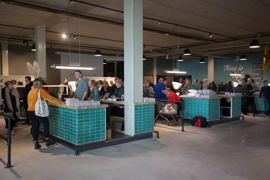 Drukte in mega-woonwinkel Loods 5. Foto's: Theo Kock