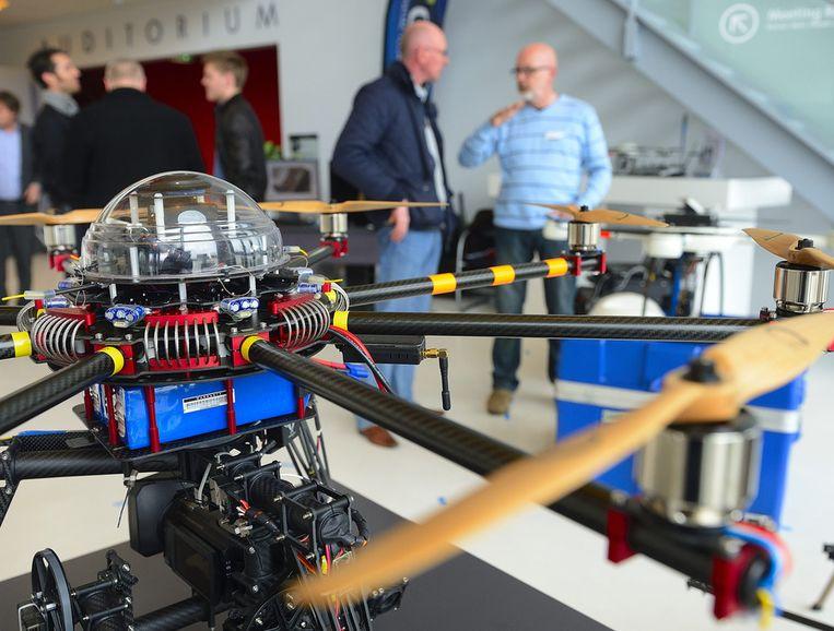 Bezoekers op de beurs van Unmanned Aircraft Systems, de zogenaamde drones en octocopters op de High Tech Campus in Eindhoven.  Beeld anp