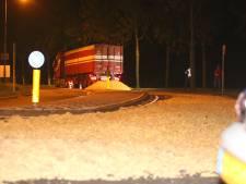 Het regent aardappels in Den Bosch: vrachtwagen verliest 10 kuub op de Sluisweg