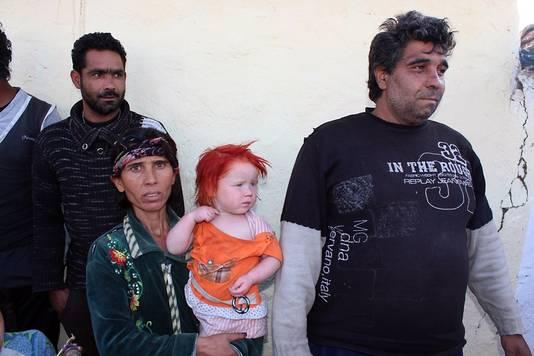 Sasha en Atanas Ruseva met een van hun kinderen in Nikolaevo, Bulgarije.