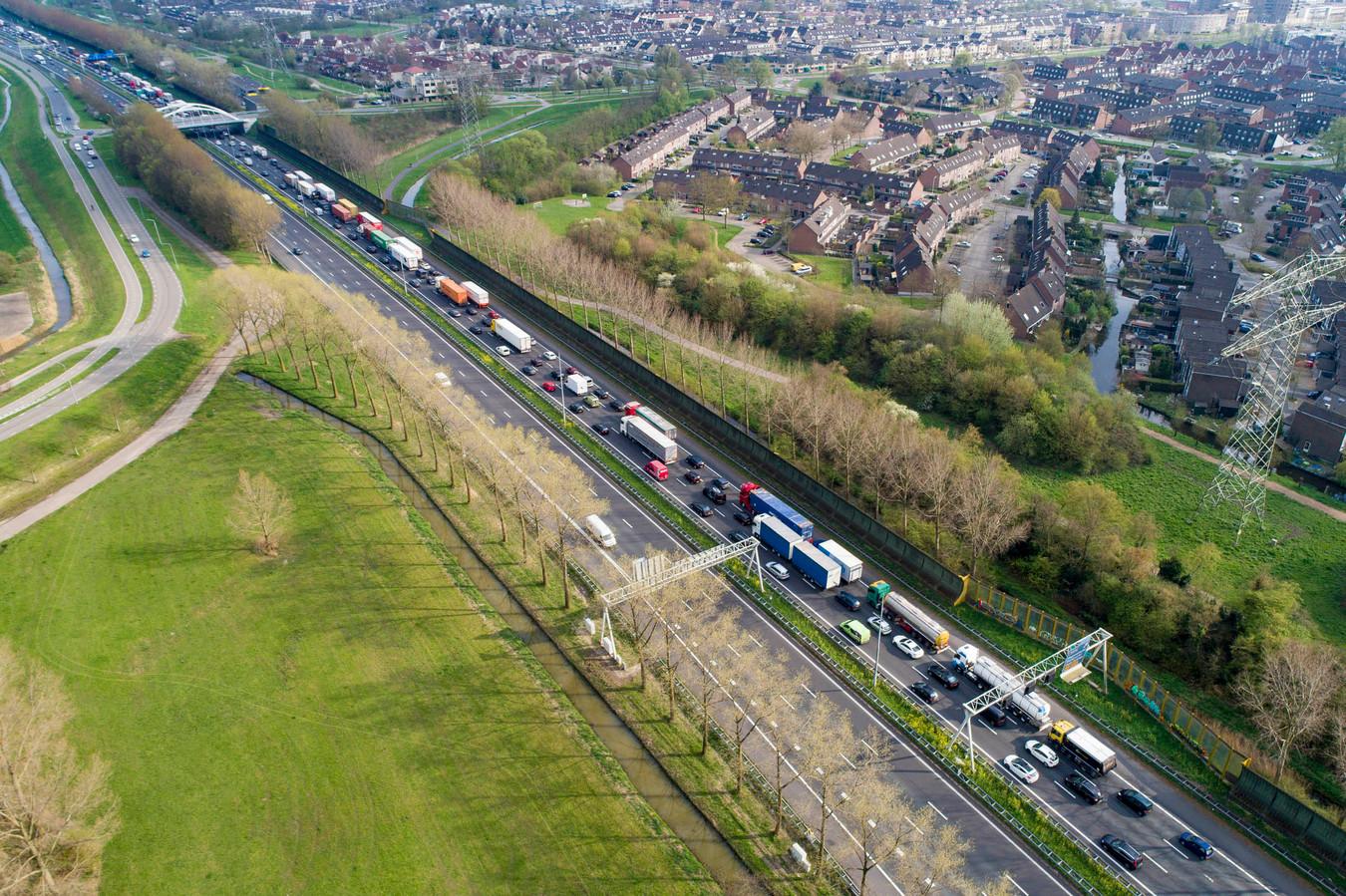 Als de hele A15 tot Gorinchem er twee rijstroken bij krijgt, staat hier minder file.