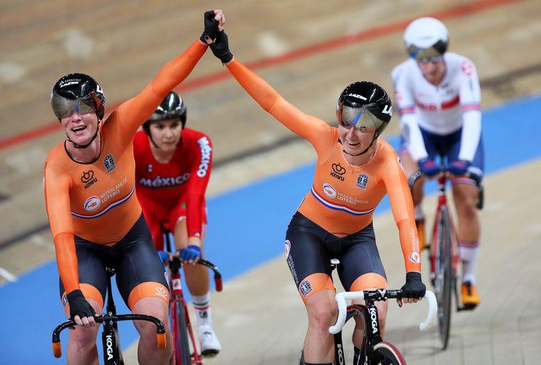 Kirsten Wild en Amy Pieters vieren hun overwinning. Beeld EPA