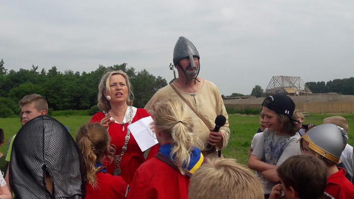 Burgemeester Annemiek Jetten en geschiedkundige Kees Nieuwenhuijsen bij de viering van de Slag bij Vlaardingen.
