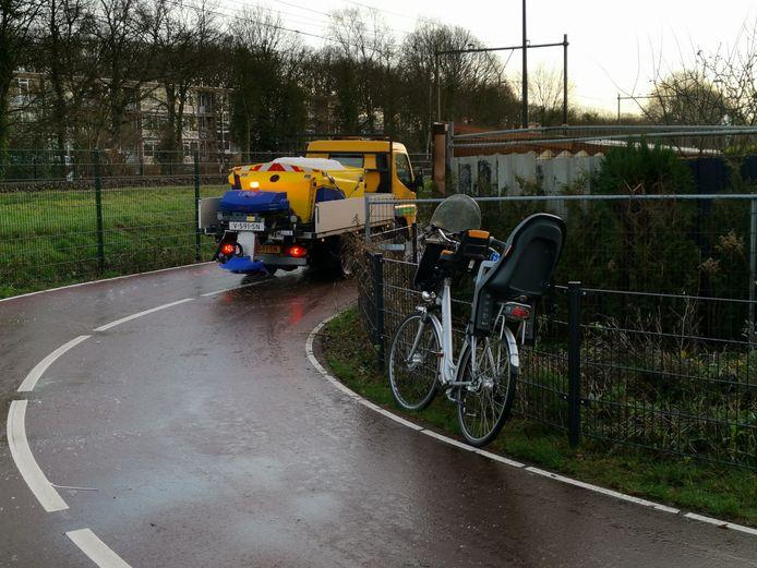Het fietspad wordt direct gestrooid nadat de fietser viel en gewond raakte.
