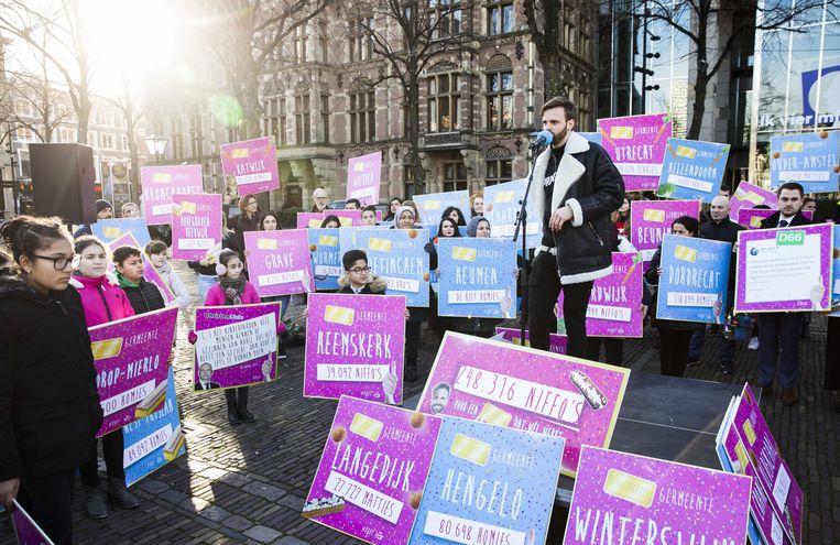 BNN-presentator Tim Hofman bood eind vorig jaar in de Tweede Kamer bijna 250.000 handtekeningen aan voor een ruimer kinderpardon. Beeld ANP