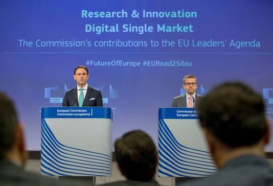 Eurocommissarissen Jyerk Katainen (Werkgelegenheid) en Carlos Moedas (Onderzoek) vanmorgen tijdens hun persconferentie over het nieuwe innovatiebeleid van de Europese Commissie