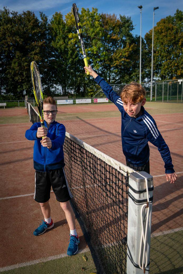 Tijl en Joppe Eijsackers op de baan bij tennisvereniging De Hooge Wick in Oosterhout.
