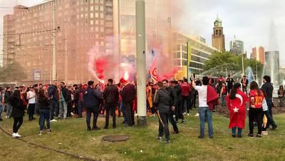 Supporters Galatasaray vieren kampioenschap bij fontein