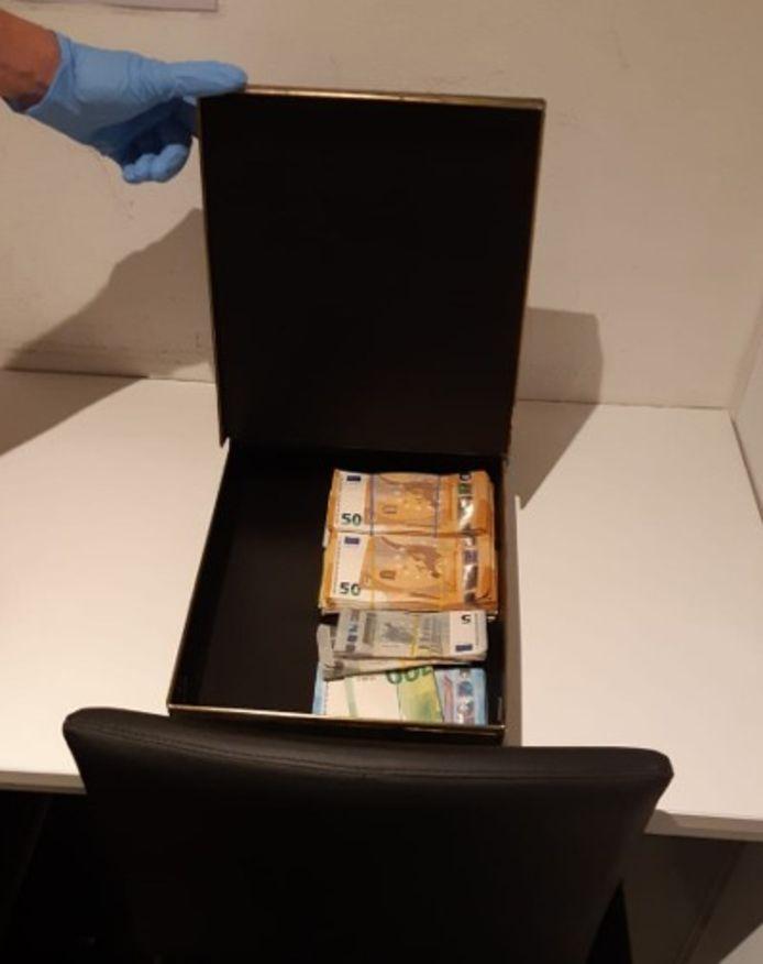 Bij de arrestatie van de drie mannen uit Eindhoven werd onder andere een groot geldbedrag in beslag genomen.