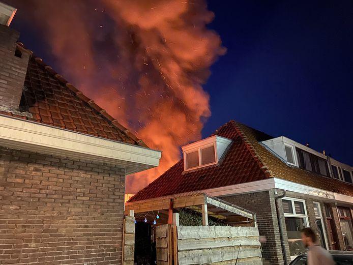 Het vuur sloeg hoog uit.