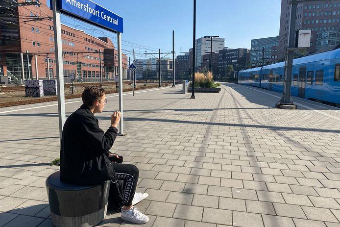 Joep neemt een paar haastige trekjes voordat de trein vertrekt. Tot 1 oktober mag roken alleen nog aan het eind van het perron.