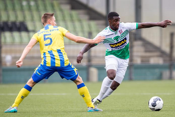 Mark Engberink duelleert met Everon Pisas van FC Dordrecht.