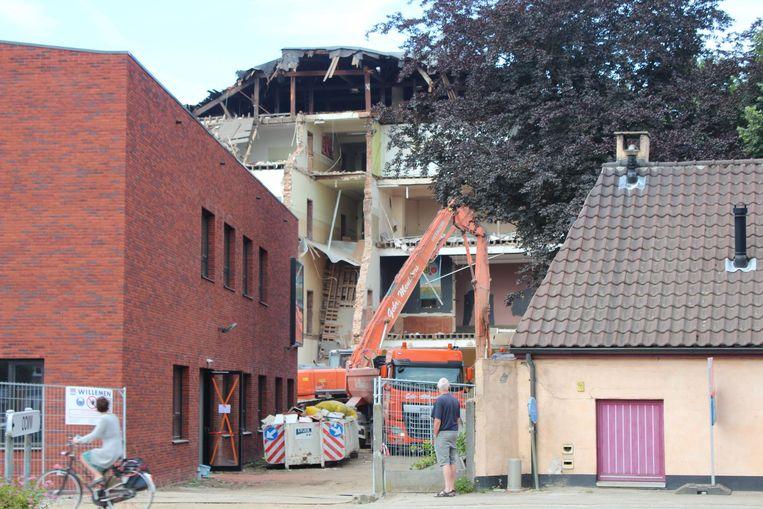 De nieuwbouw van het Sint-Jozefinstituut met daarachter het half afgebroken gebouw van de school.