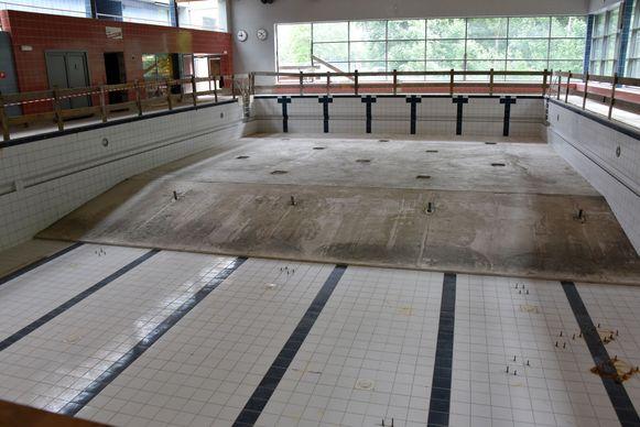 In het 25 meter bad werden kilo's beton gestort als extra fundering.