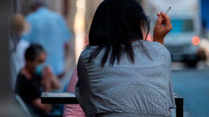 Rokers moeten afstand houden, ook op terrassen in regio Galicië en op Canarische Eilanden
