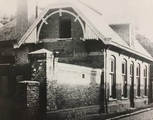 Politiebureau (sinds 1921) aan de Ridderstraat in Oss waar aan de stadsparkzijde drie arrestantencellen waren.