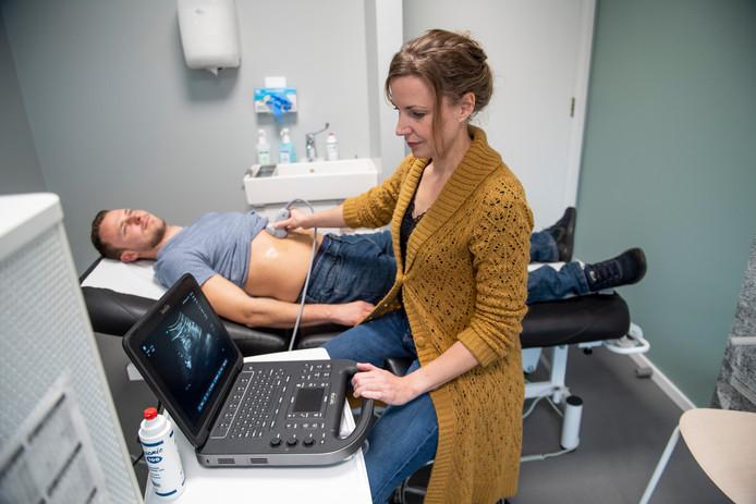 Radiologe Noortje van der Bijl maakt bij een patiënt een ego.