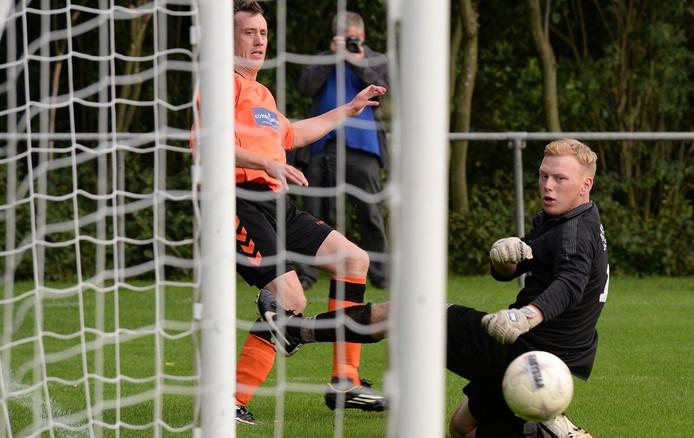 Excellent-aanvaller Chris van Duijnhoven zet voor. Bono Barten, doelman van DSV, is geslagen maar krijgt hulp van een teamgenoot.