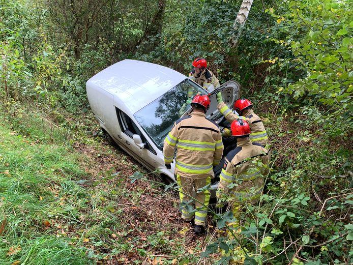 De brandweer haalde de vrouw uit de auto langs de N339.