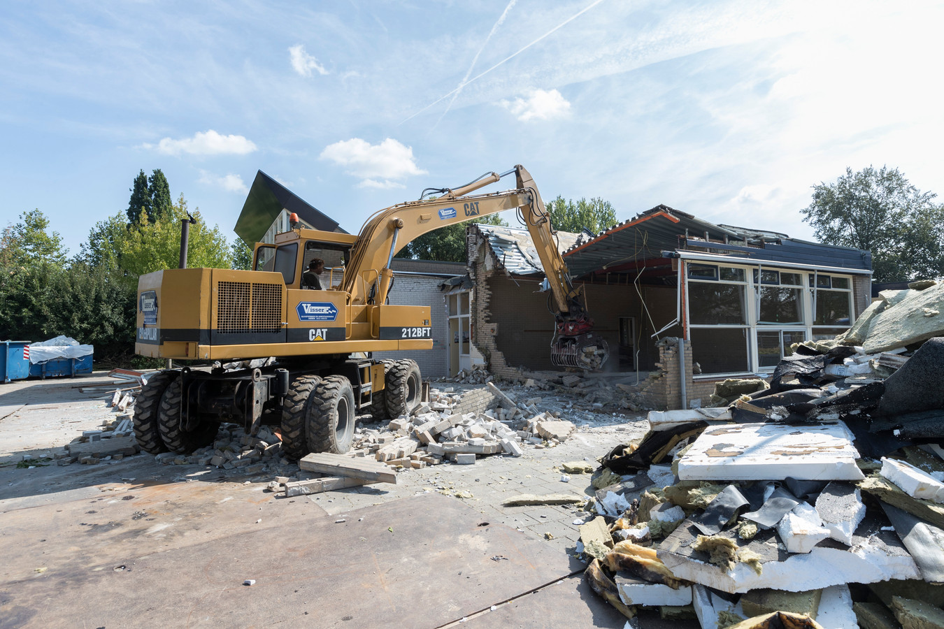Sloopbedrijf Visser is begonnen met de sloop van de Oecumenische basisschool aan de Troelstralaan in Brummen.
