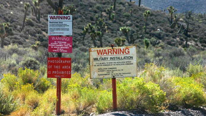 Waarschuwingsborden aan de rand van Area 51.