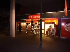 Ruit van winkel ingegooid in Almelo: mistalarm zet Kruidvat vol rook