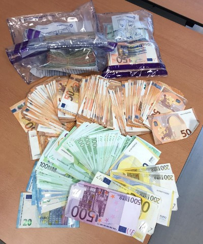 Contant geld dat werd aangetroffen bij een doorzoeking.