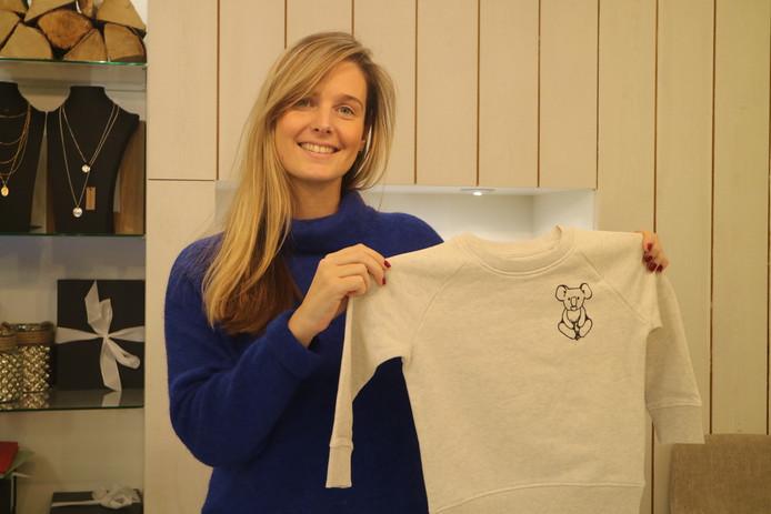 Lien Riemslagh van kledingzaak Les Folies verkoopt truien en T-shirts ten voordele van Australische dieren in nood.