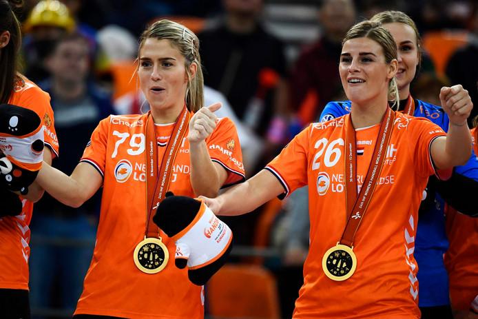 Estevana Polman en Angela Malestein na het veroveren van goud op het WK in Japan. Kunnen ze daar dit jaar ook olympisch goud veroveren?