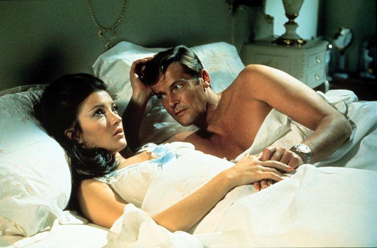 Jane Seymour en Roger Moore spelen een scène in de James Bond-film Live en Let Die (1973). Beeld ANP