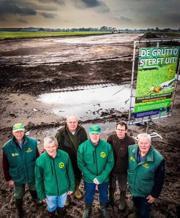 Vrijwilligers van de Vogelwerkgroep Geesteren bij het plasdras gebied in aanleg, vlnr Theo Asbreuk , Gerard Rootelaar , Leonard Rouhof van het gebiedscollectief, Theo Lohuis, Harrie Nobbenhuis en Alphons Leus.