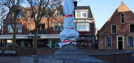 Barnevelds beeld van Jan van Schaffelaar is uit protest tegen de avondklok volledig in plastic gewikkeld