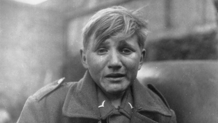 3 april 1945: de Duitse soldaat Hans-Georg Henke, (15) nadat hij zich heeft moeten overgeven aan Amerikaanse troepen. Beeld getty
