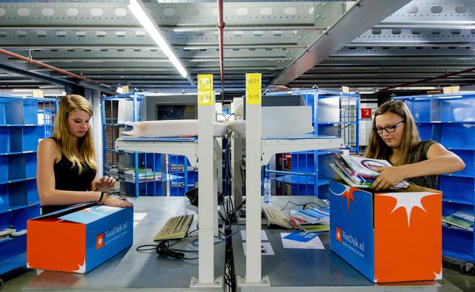 Bij Van Dijk Educatie wordt in de zomer hard gewerkt door jongeren om alle bestelde pakketten schoolboeken op tijd af te leveren.