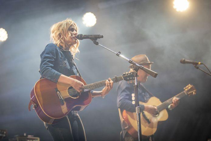 Ilse DeLange op het podium bij Tuckerville 2018. De uit Almelo afkomstige zangeres staat ook volgend jaar weer op het programma voor de editie van 2019.
