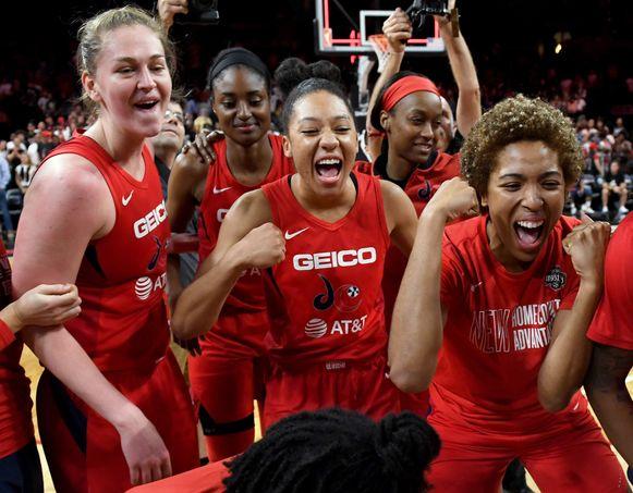 Emma Meesseman (uiterst links) en enkele teamgenoten van de Washington Mystics vieren een overwinning eerder in het toernooi.