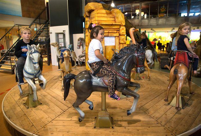 Paardenrace op het carrousel van Avonturenpark Sevink in Meddo.