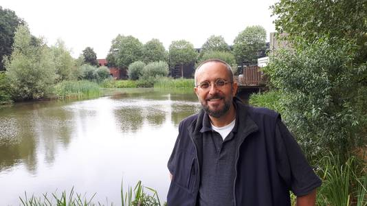 Roosendaler John Knappers bij zijn meest dierbare plek in Roosendaal: de visvijver in Westrand.