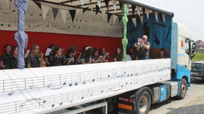 Fanfare Sint-Pieters-Herleving trakteert op concert aan huis vanuit praalwagen