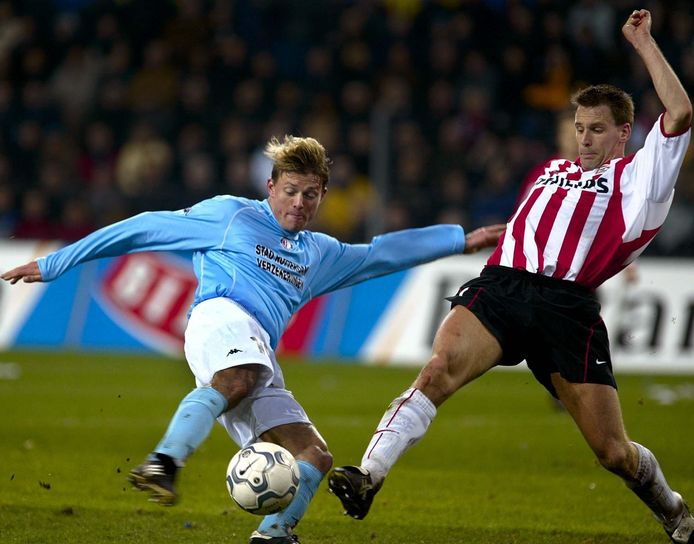 Duel tussen Feyenoorder Jon Dahl Tomasson (L) en Andre Ooijer.