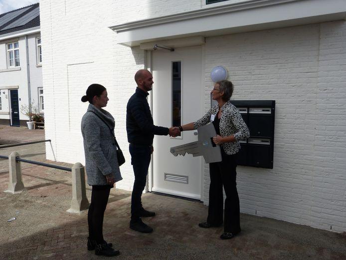 Overhandiging sleutel door Moniek van Balen aan bewoner ter ere van de oplevering van sociale huurwoningen in waterfront Harderwijk