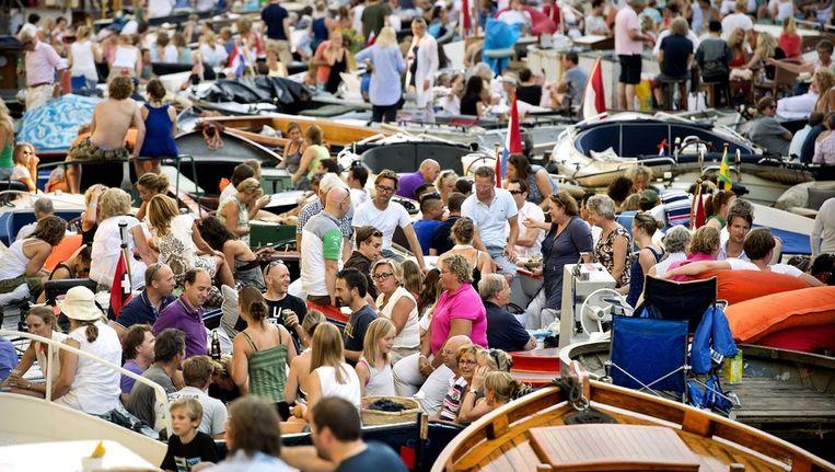 De Prinsengracht ligt stampvol met bootjes, voor aanvang van het Prinsengrachtconcert. Beeld anp
