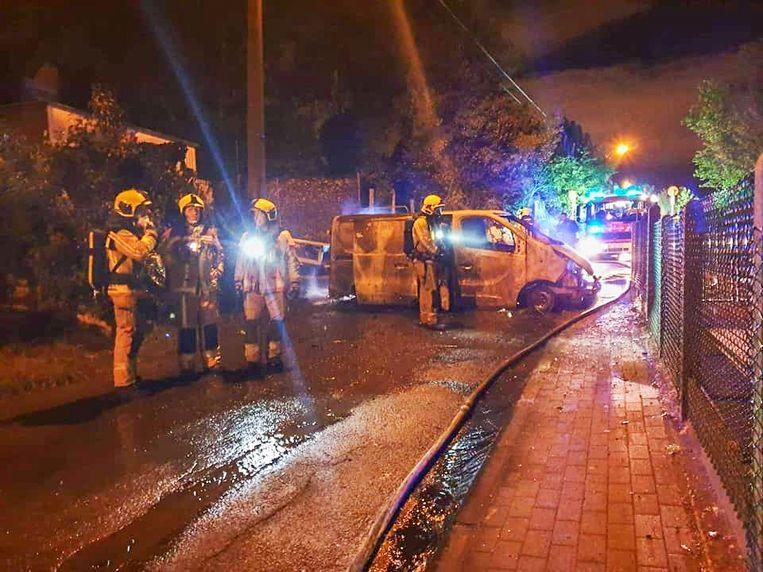 Bij aankomst van de hulpdiensten stond de bestelwagen dwars over de rijbaan in lichterlaaie.