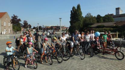 Ouders en kindjes fietsen voor zuivere lucht