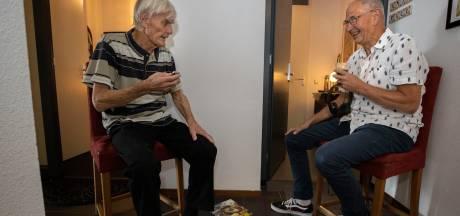 Blinde Jan uit Son en Breugel schrijft boek met hulp van buurman