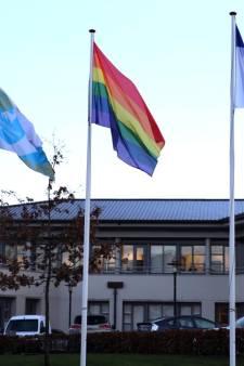 Regenboogvlag wappert bij gemeentehuizen Steenwijkerland en Meppel