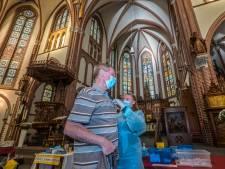 In de kerk van Haps krijg je dit coronajaar geen hostie, maar een griepspuit: 'Meneer de pastoor had de kachel wel even aan kunnen maken'