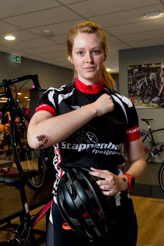 Nadia Stappenbelt is blij met haar helm na een valpartij.