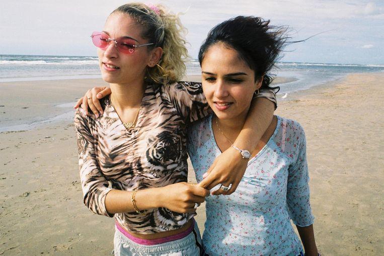Links Eva van de Wijdeven (Desie) en Maryam Hassouni (Dunya). Beeld Judith Dekker