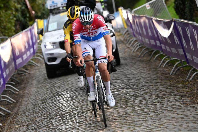 Mathieu van der Poel met Wout van Aert in het wiel op de Oude Kwaremont tijdens de afgelopen Ronde van Vlaanderen.
